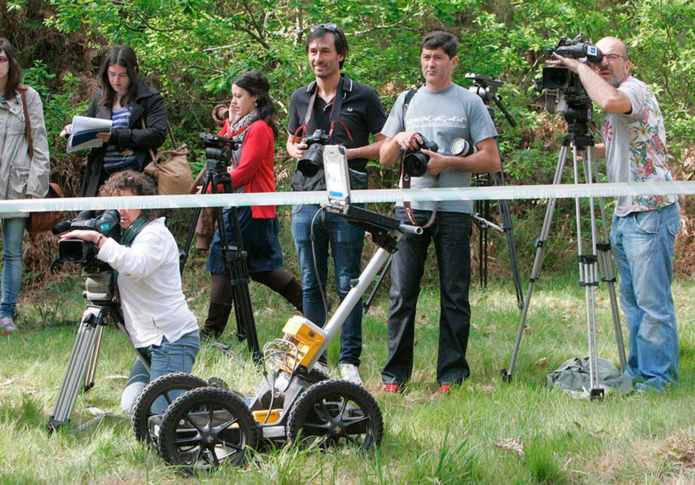La empresa insitu durante la utilización del georradar en la finca de luou (teo) dentro de la denominada 'cova raposa' para localizar el cuerpo de María José Arcos